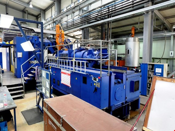 Plastic injection moulding machine as well as the granulate supply system and dryer
