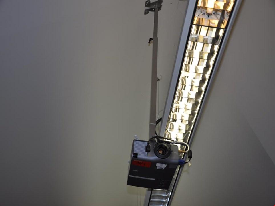 nec vt440 beamer projektor mit leinwand gebraucht kaufen auction premium. Black Bedroom Furniture Sets. Home Design Ideas