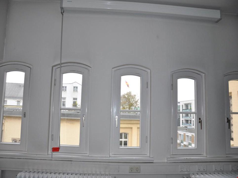 nec beamer nebst leinwand gebraucht kaufen auction premium. Black Bedroom Furniture Sets. Home Design Ideas