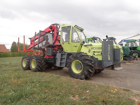 Specialized forestry tractor with forwarder crane